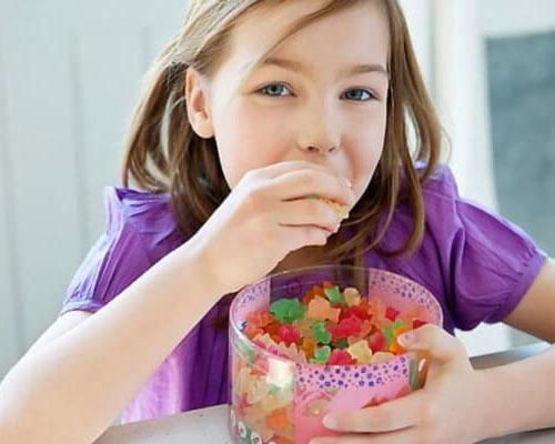 Mẹ làm gì để giảm tác hại khi con ăn nhiều bánh kẹo ngày tết