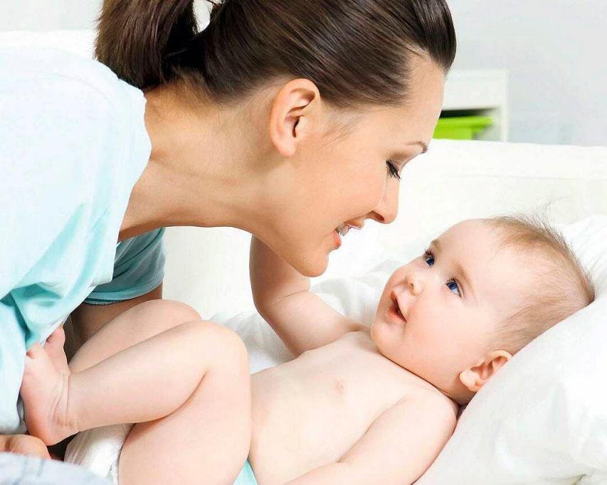 Các mốc quan trọng để mẹ theo sát hành trình khôn lớn của con trong năm đầu đời