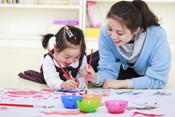 Những hoạt động cha mẹ nên vui chơi cùng bé cho sự phát triển toàn diện