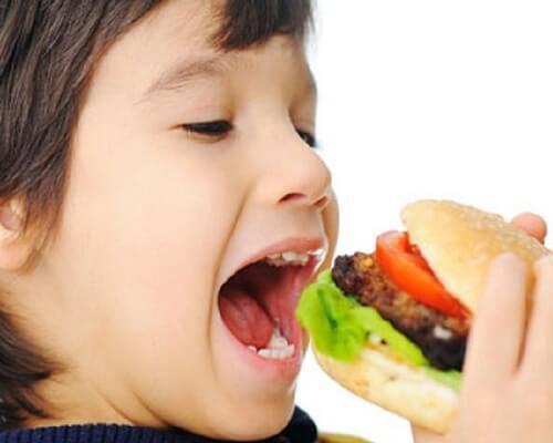 """Bác sĩ Nha Khoa đưa ra 6 món ăn vặt cần nói """"không"""" với trẻ"""