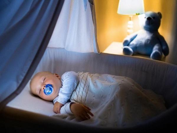 Góc tư vấn: Có nên để đèn ngủ cho trẻ sơ sinh không?